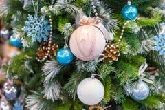 Albero di Natale con gli ornamenti variopinti Immagini Stock Libere da Diritti