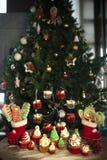 Albero di Natale con i biscotti, bigné, palle, dolci, caramella, ornamenti fotografie stock