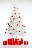 Albero di Natale con i contenitori di regalo Immagini Stock