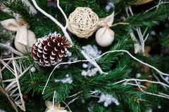 Albero di Natale con i giocattoli e le decorazioni nell'interior design Fotografie Stock Libere da Diritti
