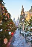 Albero di Natale con i giocattoli sul quadrato rosso a Mosca immagini stock