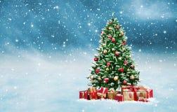 Albero di Natale con i presente dorati e rossi in un paesaggio nevoso di inverno illustrazione di stock