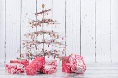 Albero di Natale con i regali Immagini Stock Libere da Diritti