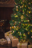 Albero di Natale con i regali Casa Immagini Stock