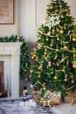 Albero di Natale con i regali Casa Fotografia Stock Libera da Diritti