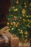 Albero di Natale con i regali Casa Immagine Stock