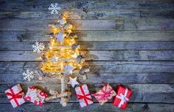 Albero di Natale con i regali su legno Fotografia Stock Libera da Diritti