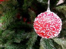 Albero di Natale con il giocattolo rosso Fotografia Stock