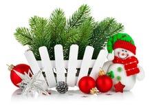 Albero di Natale con il pupazzo di neve e le palle rosse immagini stock libere da diritti