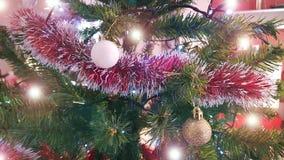 Albero di Natale con la decorazione Chiuda su con le palle brillanti che appendono sull'albero fotografia stock