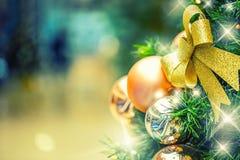 Albero di Natale con la decorazione dell'oro nel centro commerciale Fotografia Stock