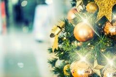 Albero di Natale con la decorazione dell'oro nel centro commerciale Immagini Stock