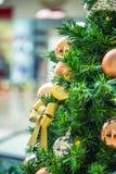 Albero di Natale con la decorazione dell'oro nel centro commerciale Fotografia Stock Libera da Diritti