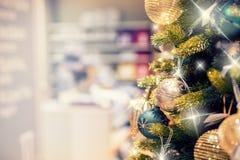 Albero di Natale con la decorazione dell'oro nel centro commerciale Liquidazioni di Natale al centro commerciale Albero di Natale Immagini Stock
