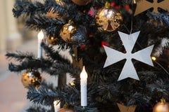 Albero di Natale con la decorazione scura gotica, palle dorate, candele su buio negli interni Natale Fine in su immagine stock libera da diritti