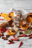 Albero di Natale con le bagattelle e le arance asciutte su una vecchia parte posteriore di legno Immagini Stock
