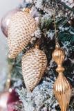Albero di Natale con le belle decorazioni di inverno fotografia stock