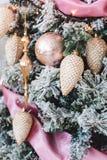Albero di Natale con le belle decorazioni di inverno fotografie stock libere da diritti