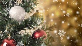 Albero di Natale con le decorazioni e fiocco di neve sul bokeh dell'oro Fotografia Stock Libera da Diritti