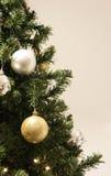 Albero di Natale con le lampadine dell'oro e dell'argento Immagine Stock Libera da Diritti