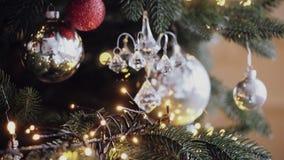 Albero di Natale con le luci variopinte di natale e del bokeh stock footage