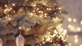 Albero di Natale con le luci variopinte di natale e del bokeh video d archivio