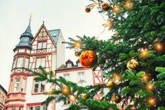 Albero di Natale con le sfere dorate immagine stock