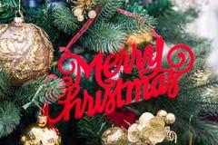 Albero di Natale con molte decorazioni rosse e dorate, primo piano fotografia stock