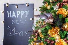 Albero di Natale con oro e le decorazioni nere Fotografia Stock