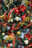 Albero di Natale con rosso, oro e le ghirlande rosse bianche e dell'ornamento del nastro Immagine Stock Libera da Diritti