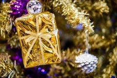 Albero di Natale con scintillio della stella d'oro Immagine Stock