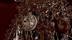 Albero di Natale con un giocattolo-orologio Fotografie Stock
