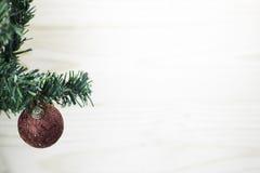 Albero di Natale con una palla di Natale Immagine Stock