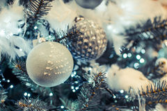 Albero di Natale con verde chiaro, bianco ed argento Fotografia Stock