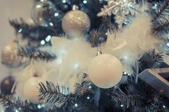 Albero di Natale con verde chiaro, bianco ed argento Immagini Stock