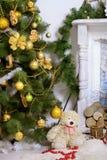 Albero di Natale contro un camino bianco Immagine Stock Libera da Diritti