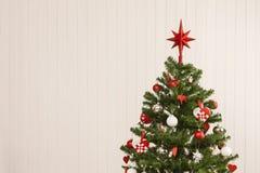 Albero di Natale contro una parete di legno Fotografia Stock Libera da Diritti