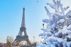 Albero di Natale coperto di neve vicino alla torre Eiffel a Parigi Immagini Stock