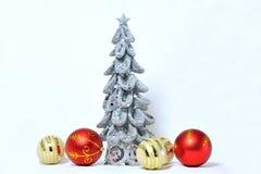 Albero di Natale d'argento con i giocattoli Immagine Stock