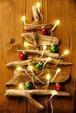 Albero di Natale dai bastoni asciutti con le ghirlande e le palle fotografie stock libere da diritti