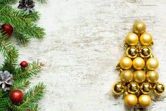 Albero di Natale dalle palle e dai rami di albero dorati dell'abete Immagine Stock