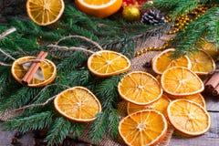 Albero di Natale dalle stelle asciutte delle arance, della cannella e dell'anice sulla tavola rustica di legno immagine stock libera da diritti