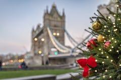 Albero di Natale davanti al ponte della torre a Londra immagini stock