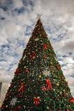 Albero di Natale decorativo nel centro urbano di Tirana immagini stock