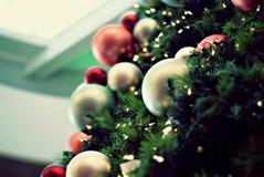 Albero di Natale decorato con gli ornamenti e la luce Fotografia Stock