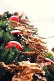 Albero di Natale decorato con gli ornamenti scintillanti Fotografia Stock