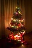 Albero di Natale decorato con i contenitori di regalo immagini stock