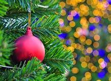 Albero di Natale decorato con il fondo del bokeh Fotografie Stock
