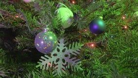 Albero di Natale decorato con le palle del ` s del nuovo anno, i fiocchi di neve e una ghirlanda stock footage