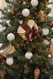 Albero di Natale decorato con le palle di Natale ed i contenitori di regalo Immagini Stock Libere da Diritti